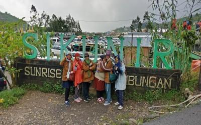 Mencumbu Angin di Bukit Sikunir, Dieng                                 (Oleh: Casminih, M.Pd.)